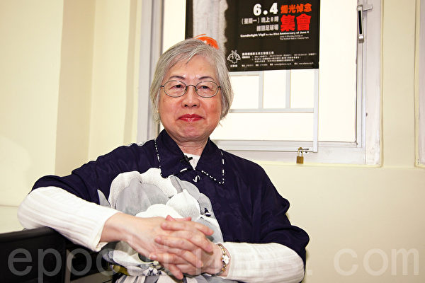 Liang Muxian, a woman in her 70s, spoke with The Epoch Times about experiences that eroded her belief in the CCP and her regret at having been a member of the CCP. (Pan Zaishu/Epoch Times)