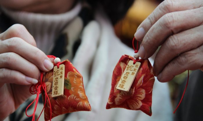 The aroma-pack can be stuffed with aromatic Chinese herbs. They are often worn on the chest on May 5 on the lunar calendar during the Duan Wu Festival. The aroma repels insects and prevents people from contracting diseases. (Xie Yueqin/The Epoch Times)
