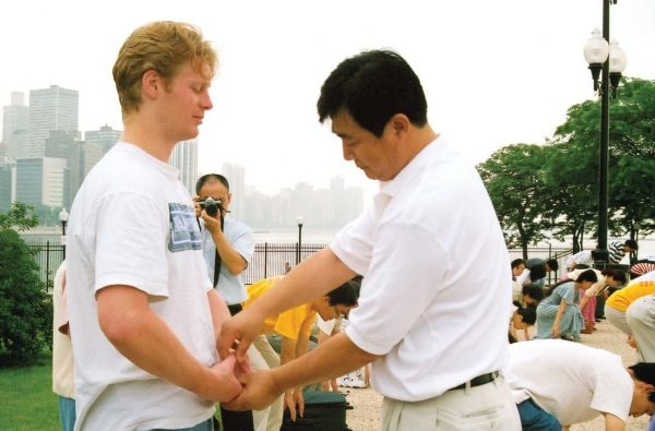 Mr. Li Hongzhi, founder of the meditation practice Falun Gong, corrects a students movements in performing the exercise in Chicago before July 20, 1999. (Minghui.org)