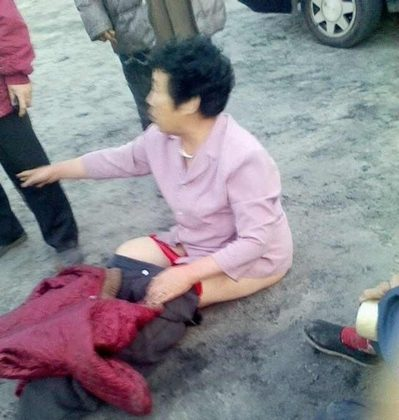 Tianjin authorities mobilized over 800 police to crack down on villagers in Tianjin who tried to protect their farmland from being confiscated. A villager called Wang Yilan was punched and kicked by police and had some of her clothing removed on May 11, 2013. (aboluowang.com)
