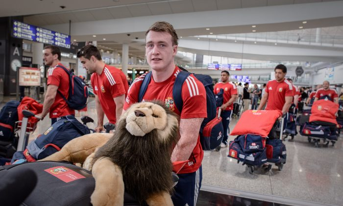 Scottish full-back Stuart Hogg carries the mascot of the British and Irish Lions as he and his team-mates arrive at Hong Kong airport on May 28, 2013. (PHILIPPE LOPEZ/AFP/Getty Images)