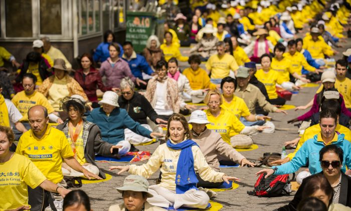 Around 1,000 Falun Dafa practitioners practice gentle, qigong exercises at Dag Hammarskjold Plaza in New York on May 17. (Edward Dai/The Epoch Times)
