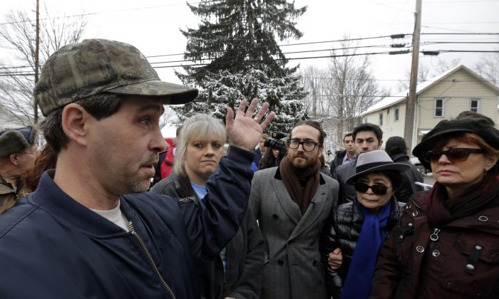 L to R) Matthew Manning speaks with Tammy Manning, Sean Lennon, Yoko Ono, and Susan Sarandon about methane pollution in their water on Jan. 17, in Franklin Forks, Pa. The Mannings blamed hydraulic fracturing for the pollution, however, a study released by the Pennsylvania Department of Preservation on April 29, 2013, said the methane was naturally occurring. (AP Photo/Richard Drew)