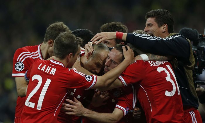 Bayern's Arjen Robben of the Netherlands, centre left, celebrates scoring the winning goal with teammates during the Champions League Final soccer match between Borussia Dortmund and Bayern Munich at Wembley Stadium in London, Saturday May 25, 2013. (AP Photo/Matt Dunham)