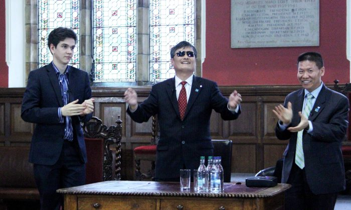 Chen Guangcheng (center), with an Oxford student (left) and Bob Fu, head of rights group China Aid, at Oxford Union on May 21. Chen told the crowd of roughly 200 that the West lacked courage in dealing with the Chinese Communist Party. (Li Jingxing/The Epoch Times)