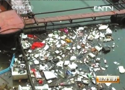 Garbage floats in water that will head for Beijing next year. (Screenshot from Internet)