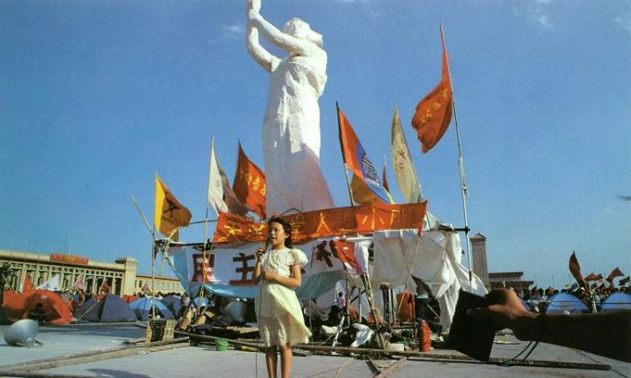 The Tiananmen Square Command Center invited children to spend their June 1st International Childrens Day, under the Goddess of Democracy. (64memo.com)