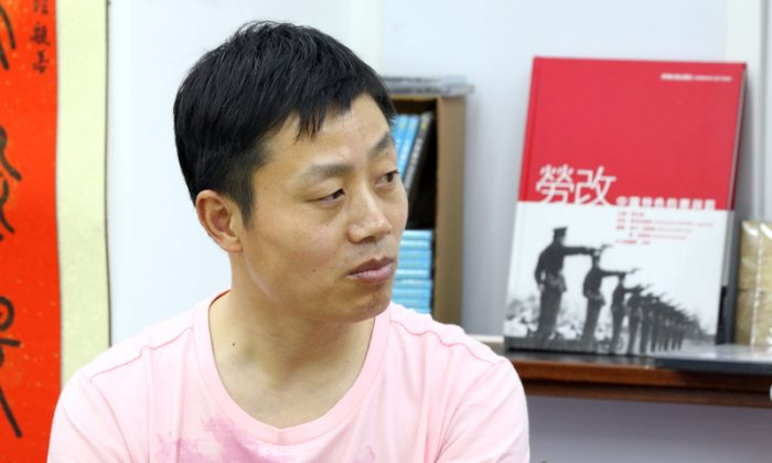 "Du Bin on April 27 at a book store in Hong Kong, for the first public screening of his documentary ""Women Above Ghosts' Heads."" Beijing authorities recently admitted to taking Du into custody for unspecified reasons. (Pan Zaishu/The Epoch Times)"