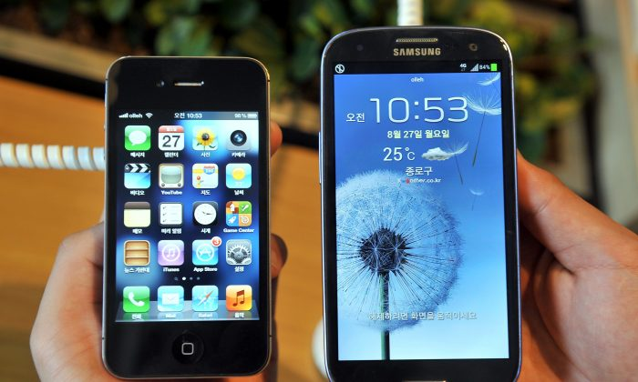 Apple's iPhone 4s (L) and a Samsung's Galaxy S3 (R) are displayed at a mobile phone shop. (Jung Yeon-Je/AFP/GettyImages)