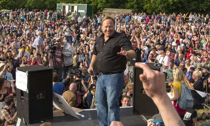 Alternative media broadcaster Alex Jones delivers a speech to 2,000 protesters who had gathered at this year's venue for the Bilderberg Group meeting in Watford. (Simon Gross/Epoch Times)