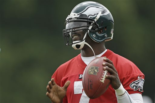 Philadelphia Eagles' Michael Vick throws a pass during a joint workout with the New England Patriots at NFL football training camp in Philadelphia, Thursday, Aug. 8, 2013. (AP Photo/Matt Rourke)