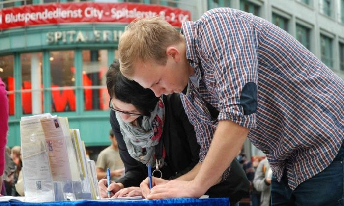 German citizens sign a petition against forced organ harvesting that is happening inside China. (DAFOH)