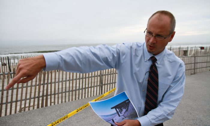 Daniel Falt, project manager for the Corps of Engineers explains the project for restoring the beach on Rockaway, New York, Oct. 16, 2013. (Milene Fernandez/Epoch Times)