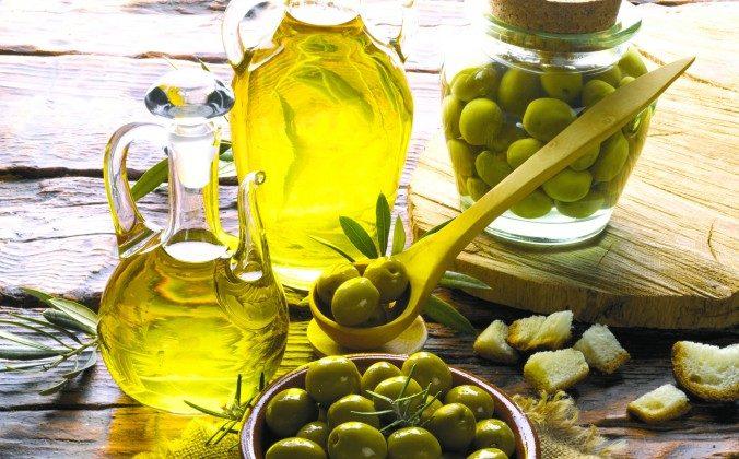 Olive oil is a source of unsaturated fat. Juan Ignacio Laboa/Photos.com