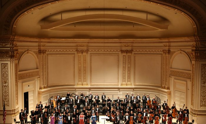Members of Shen Yun Symphony Orchestra rise for a standing ovation at Carnegie Hall in New York City, Oct. 5, 2013. (Christian Watjen/Epoch Times)