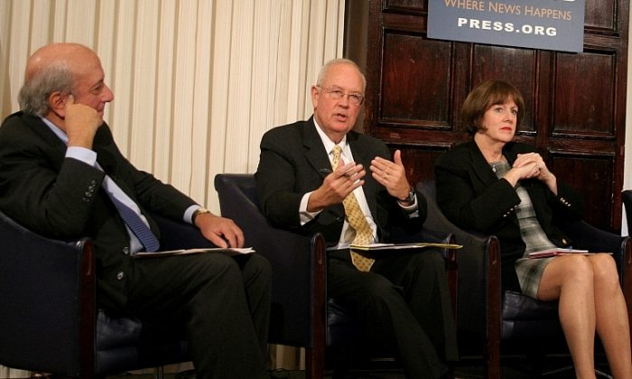 (L to R) Tony Mauro, Supreme Court correspondent, National Law Journal; Ken Starr, president of Baylor University and former U.S. solicitor general, 1983-89; and Maureen O'Connor, chief justice, Supreme Court of Ohio speak Oct. 25 concerning whether the Court should consider video and audio live-streaming oral arguments. (Gary Feuerberg/ Epoch Times)