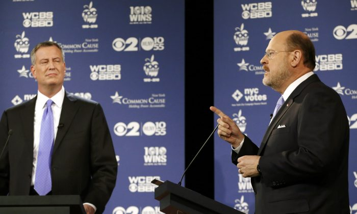 Republican mayoral candidate Joe Lhota (R) speaks as Democratic candidate Bill de Blasio listens during the second of three debates prior to the Nov. 5 general election, New York, Oct. 22, 2013. (Kathy Willens/AP)
