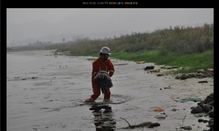 Screenshot showing the dead baby being retrieved from the river below the bridge where its parents were fighting in Henan Province. (Screenshot/Epoch Times)