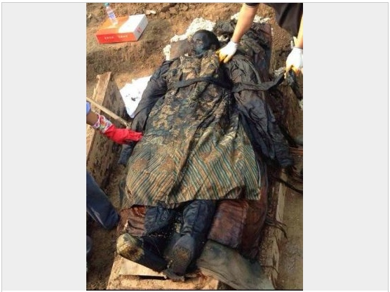 Screenshot showing the mummy found inside the central coffin of three unearthed in Henan Province. (Screenshot/Sina News)
