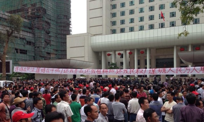 Thousands of angry citizens protest the illegal sale of their land to developers by allegedly corrupt local officials (Weibo.com)