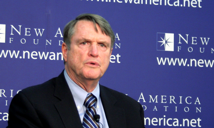 """Leonard Downie (l), former executive editor of the Washington Post and currently Walter Cronkite School of Journalism and Mass Communication, Arizona State University, spoke at the New America Foundation, Oct. 17 on his report, """"The Obama Administration and the Press."""" (Gary Feuerberg/ Epoch Times)"""