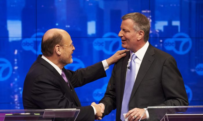 New York City Republican mayoral candidate Joe Lhota (L) and Democratic mayoral candidate Bill de Blasio participate in their first televised debate at WABC/Channel 7 studios, New York, Oct. 15, 2013. The debate, the first of three before the Nov. 5 general election. (AP Photo/The Daily News, James Keivom, Pool)