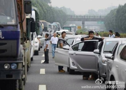 As of the afternoon of Oct. 1, a total of 129 traffic impediments nationwide were reported due mainly to traffic accidents and jams, most of them happened in Beijing and provinces of Shandong and Shanxi, according to official reports. (Weibo.com)