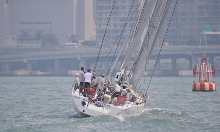 'Ragamuffin' leaving Victoria Harbor Hong Kong on Thursday Oct 17 at the start of the 656Nm Audi Hong Kong to Vietnam Race 2013. 'Ragamuffin' completed the race in 42:11:20 to take the record set by 'Skandia Wild Thing' in 2002-2003. (Bill Cox/Epoch Times)