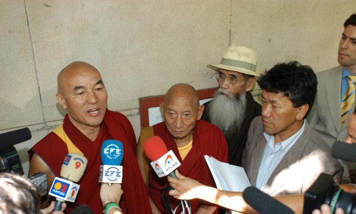 (L to R) Thubten Wangchen (victim and individual plaintiff), Palden Gyatso (victim), Takna Jigme Sangpo (victim), Kalsang Phuntsok (Director at the time of the Tibetan Youth Congress). stand in front of the Spanish National Court (Audiencia Nacional) after filing a complaint for genocide on June 28, 2005. On Oct. 9 former head of the Chinese regime Hu Jintao was added to the complaint. (Carlos Sánchez/Tibet Support Committee)