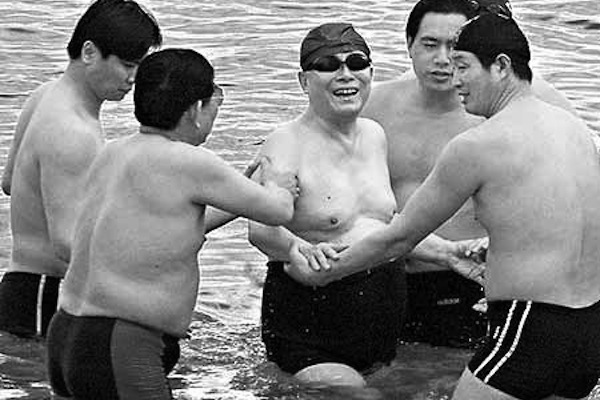 Former Party leader Jiang Zemin (center) swims in Israel's Dead Sea, surrounded by several security guards, in April 2000. Jiang, among other top retired officials, gets a very good detail upon retirement - including housing and a personal staff. (Shihai Gouchen/naol.cc)