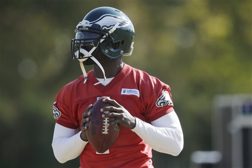 Philadelphia Eagles quarterback Michael Vick throws a pass during practice at the NFL football team's training facility, Tuesday, Oct. 29, 2013, in Philadelphia. (AP Photo/Matt Rourke)