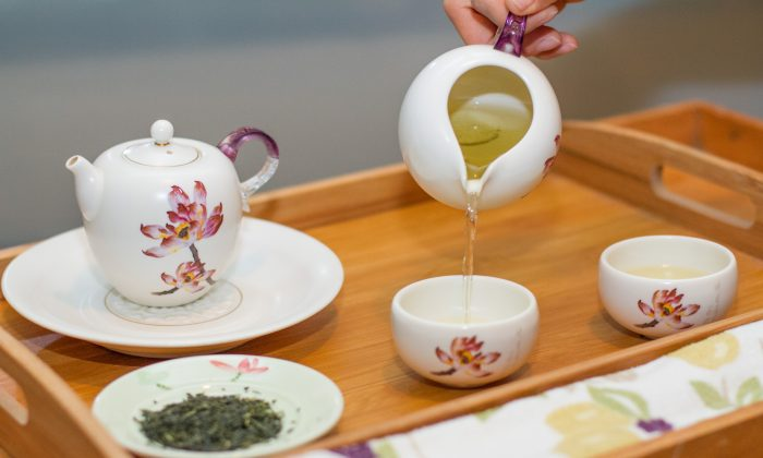 To get the most benefits from drinking tea, it is best to make loose leaf tea with the correct water temperature. Here Japanese sencha is being poured into a tea cup. Japanese tea is brewed at a lower temperature than Chinese teas. (Benjamin Chasteen/Epoch Times)