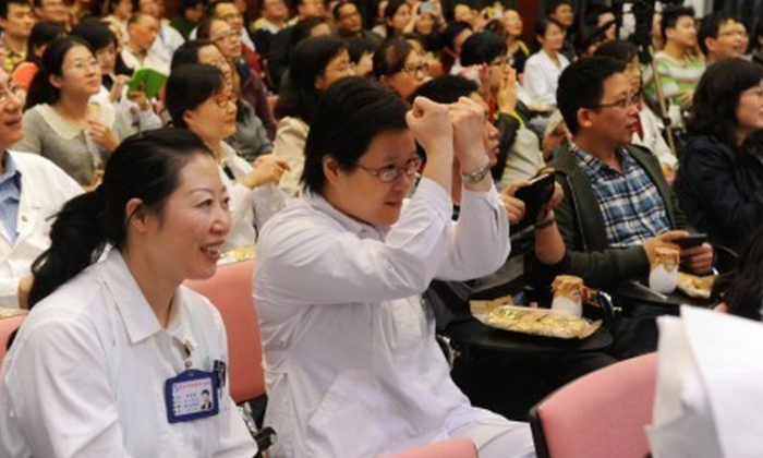 A large number of doctors and staff attend a training session in self-defense skills at the Zhongshan Hospital in Shanghai on Nov. 5. Two hospitals in Shanghai hosted training sessions for self-defense skills, a response to incidents of patient violence. (Weibo.com)