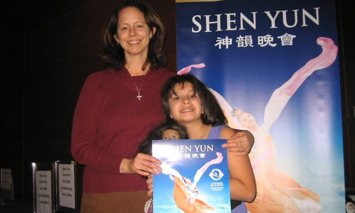 Flautist Karen Kettlewell and her young daughter came to see Shen Yun Performing Arts at Austin's Long Center for the Performing Arts, on Dec. 29. (Lucas Lee/Epoch Times)