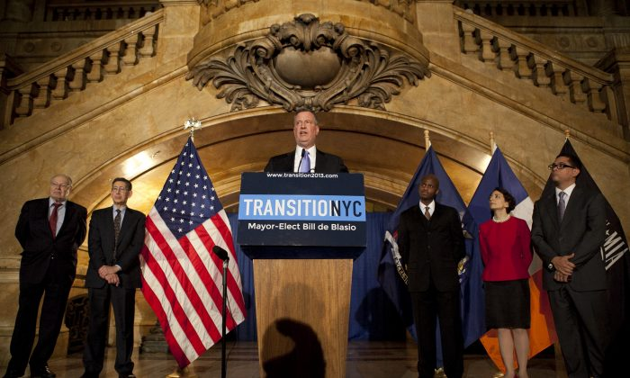 Mayor-elect Bill de Blasio announced five key appointments to his administration in Lower Manhattan, New York, Dec. 31, 2013. (L-R) Stanley Brezenoff, Bob Linn, Mayor-elect Bill de Blasio, Gilbert Taylor, Polly Trottenberg, and Kyle Kimball. (Samira Bouaou/Epoch Times)