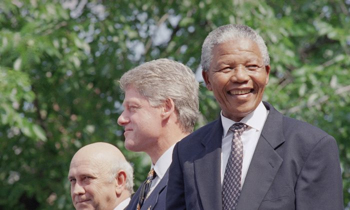 From left, F.W. de Klerk, President Bill Clinton, and Nelson Mandela appear at ceremonies honoring the two South African leaders with the Philadelphia Liberty Medal at Independence Hall in Philadelphia  Sunday, July 4, 1993. (AP Photo/Greg Gibson)