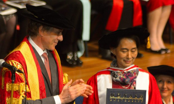 Daw Aung San Suu Kyi receives an honorary Doctor of Letters from Monash University chancellor Dr Alan Finkel AM on Nov 30 at Monash University's Clayton campus in Melbourne. (Win Naing/Epoch Times)