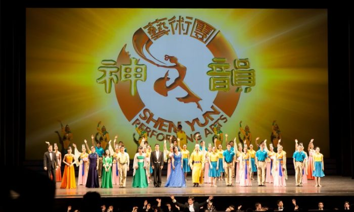 Curtain call for Shen Yun Performing Arts at the Kennedy Center in Washington, D.C. on Jan. 30, 2013. (Lisa Fan/Epoch Times)