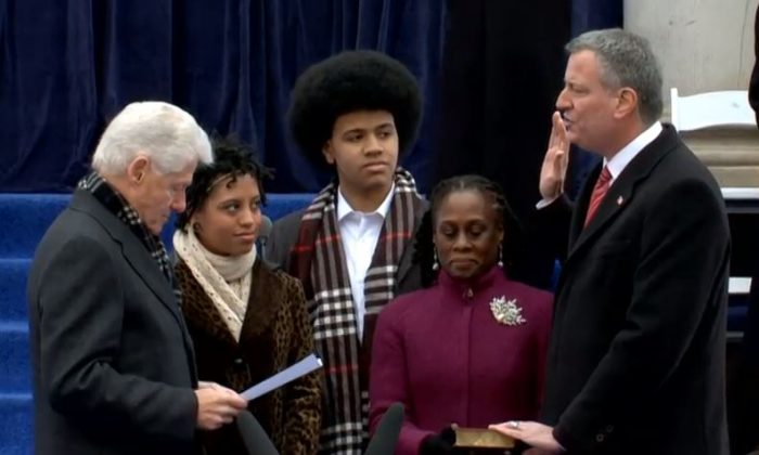 Bill de Blasio (R) takes the oath of office at New York City Hall, administered by President Bill Clinton (L), on Jan.1, 2014. (Live feed still/NYC.gov)