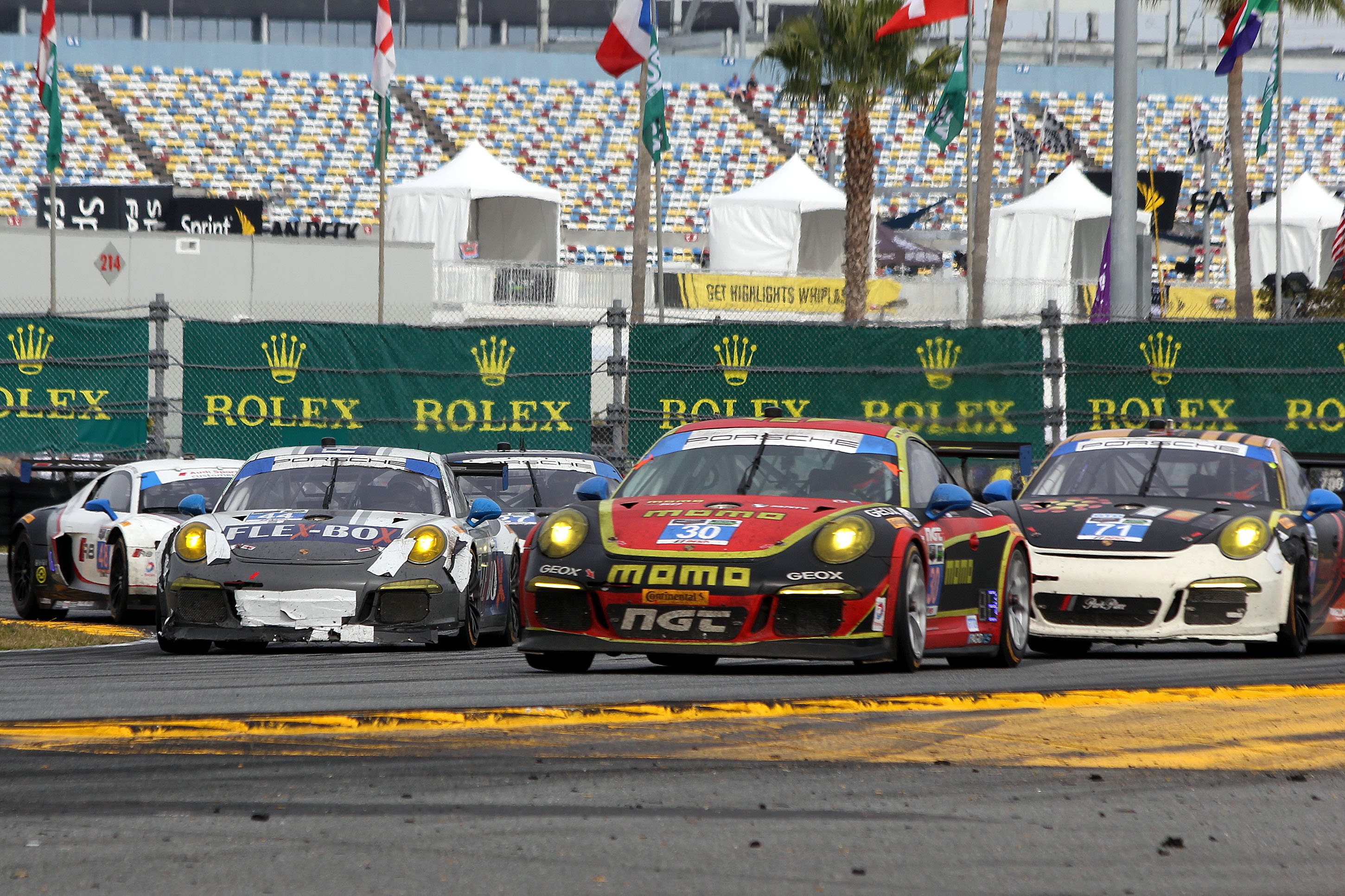 """There was plenty of close racing in the final two hours without any artificial aids. Fans appreciate real racing, and dislike managed racing—and when the racing is really this competitive, there is no way to improve it by """"managing: it with cautions and free laps. (Chris Jasurek/Epoch Times)"""