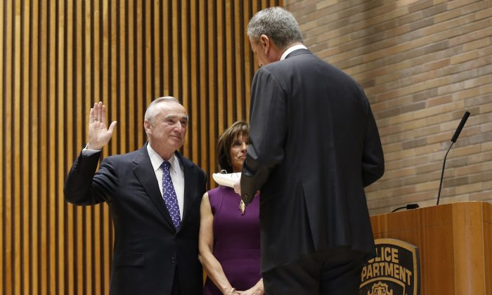 New York City mayor Bill de Blasio (R) reads the oath during the swearing-in of incoming Police Commissioner Bill Bratton, with his wife Rikki Klieman, at police headquarters, New York, Jan. 2, 2013. (Kathy Willens/AP)