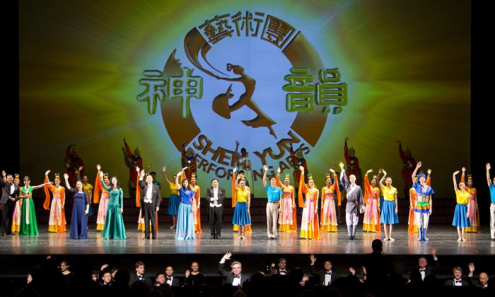 The cast of Shen Yun Performing Arts at curtain call at the Detroit Opera House, on Feb. 7. 2014. (Evan Ning/The Epoch Times)
