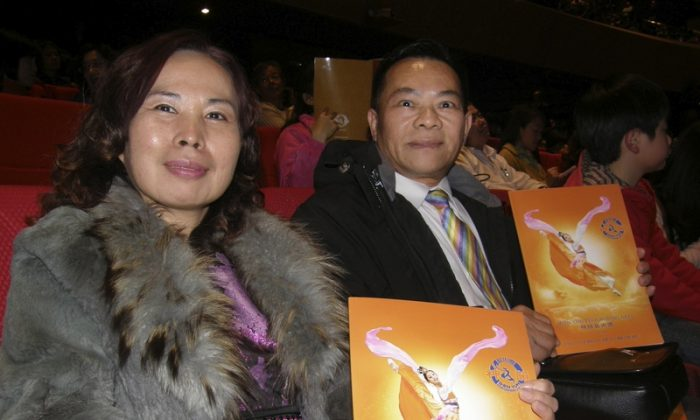 Li Chao-Hsiung and his wife enjoy Shen Yun  Performing Arts, on March 15. (Lo Chien-Ting/Epoch Times)