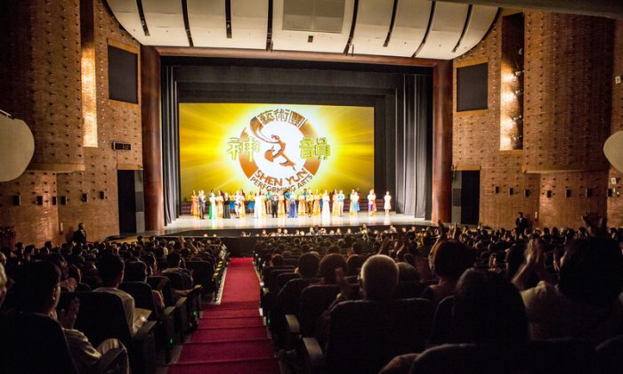 Shen Yun Performing Arts curtain call at the Chiayi Performing Arts Center, on March 19, 2014. (Epoch Times)