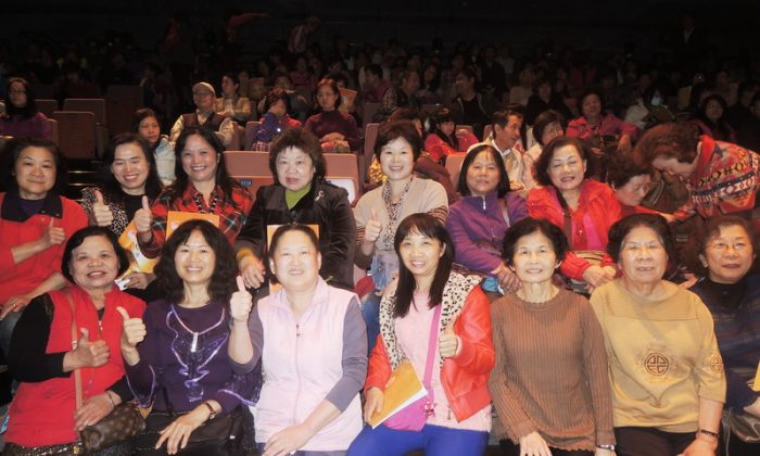 The director of the Hakka Cultural Dance Association, Lin Meilan, (left 3) and her dance students enjoy Shen Yun, at Taoyuan County Performance Center Performance Hall. (Epoch Times)
