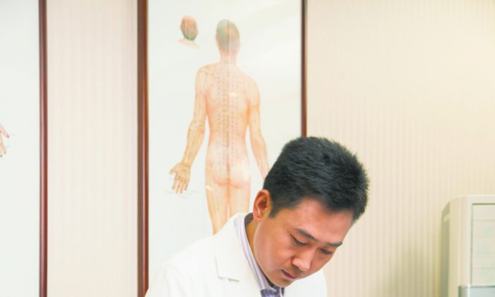 Acupuncture and other Chinese medicine therapies can offer effective, soothing treatments for abdominal pain. (XiXinXing/thinkstockphotos.com)