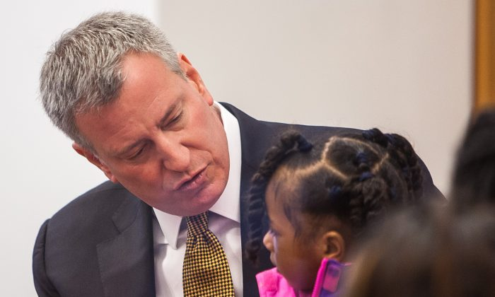 Mayor Bill de Blasio chats with a future pre-K student at an info session at the Brooklyn Public Library, Downtown Brooklyn, New York, March 16, 2014. (Petr Svab/Epoch Times)