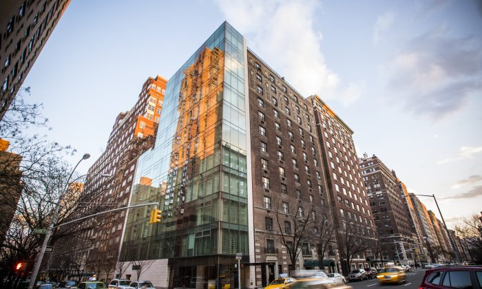 1055 Park Ave. on the Upper East Side, Manhattan, New York, March 20, 2014. A glassy building was built in place of a historic building at 1055 Park while the Park Avenue Historic District application was pending. (Edward Dai/Epoch Times)