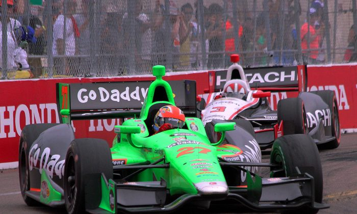 James Hinchcliffe in the #27 GoDaddy Andretti Autosports machine fights to stay ahead of Helio Castroneves in the #3 Hitachi Penske Racing car late in the 2013 IndyCar St.Pete Grand Prix. Hinchcliffe finished 1.0982-seconds ahead of Castroneves to win the race. (Chris Jasurek/Epoch Times)