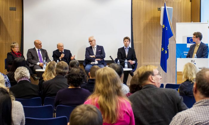 Members of a forum on organ harvesting held in Helsinki, Finland, on Feb. 7. From left to right: Member of European Parliament Liisa Jaakonsaari, Doctors Against Forced Organ Harvesting representative Harold King, human rights lawyer David Matas, Member of European Parliament Petri Sarvamaa, Chairman of the Finland chapter of Supporting Human Rights in China Olli Torma, and Pekka Nurminen, head of the European Parliament Information Office in Finland, who chaired the seminar. (Gao Lei/New Tang Dynasty Television)